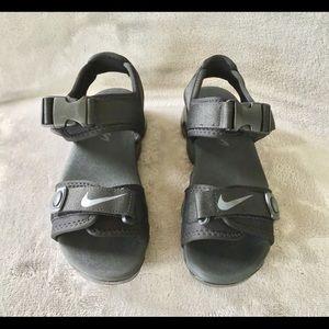 Women's size 8 Nike Vapormax double strap sandals